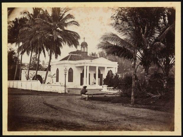 1) Jacobus Anthonie Meessen, ongetiteld, albuminedruk, ca september 1867, de Armeense Kerk op de hoek van de Gang Scott (voorlangs de kerk rechts naar het westen weglopend), het Koningsplein (achter de fotograaf) en de hoek van de tuin van het huis van Berthes meisjesinstituut (rechts).