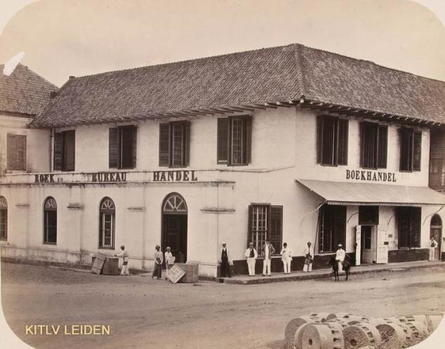 """10) Woodbury & Page, """"Boek- en bureauhandel G. Kolff & Co. [...] aan de Pasar Pisang te Batavia"""", albuminedruk, circa 1865-'72; in deze bekende Bataviase boekwinkel zal ook Berthes grote Java-boek verkocht zijn."""
