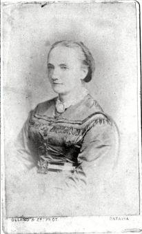 """4) Olland & Zn Batavia: fotografie Berthe Hoola van Nooten, fotografie, circa 1860, in handschrift op achterkant (waarschijnlijk van Julius Paul Barth): """"Berthe Hoola van Nooten – van Dolder, grootmoeder van Elly van Marle, die haar verzorgde als """"Maatji"""" tot haar 6e jaar in Indië, omdat haar dochter Bertha van Marle – Hoola bij de geboorte van Elly gestorven was (overgrootmoeder van J.P. Barh en B.M. Hupka-Barth)"""" (© collectie familie Barth)."""